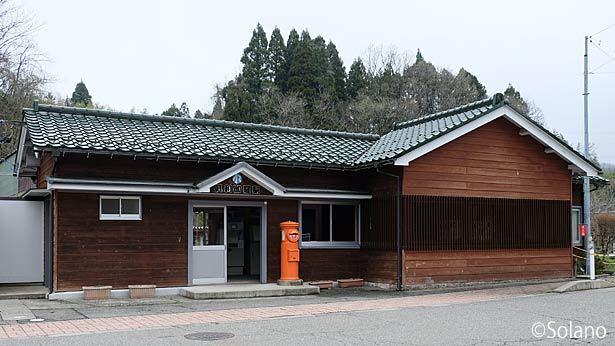 IRいしかわ鉄道・倶利伽羅駅、明治築という古い木造駅舎。