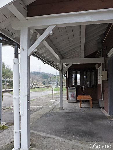 IRいしかわ鉄道・倶利伽羅駅、駅舎の年齢感じる木の軒と柱