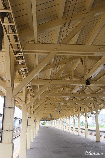 釧路駅2番3番線、木造上屋に覆われた歴史ある雰囲気
