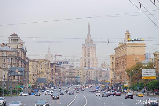 モスクワ・クトゥーゾフ大通りと、スターリン・クラシック様式のホテル
