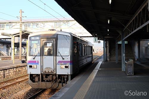 JR西日本・厚狭駅に停車する美祢線キハ120形気動車
