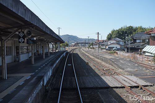美祢線の主要駅、美祢駅のホーム。廃止番線も。