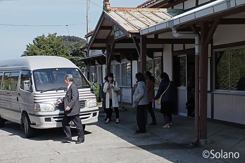 美祢線・長門湯本駅に乗り付ける湯本温泉ホテルの送迎バス