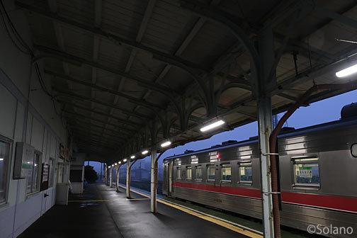 JR北海道・根室本線(花咲線)・夜の根室駅に停車するキハ54