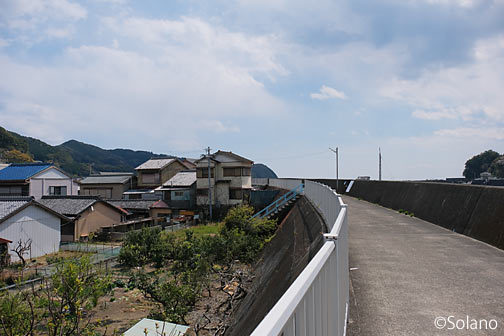 紀勢本線・大泊駅近く、海沿いの堤防に囲まれた街