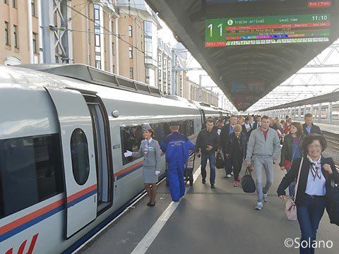 サンクトペテルブルグ・モスクワ駅に到着した特急サプサン