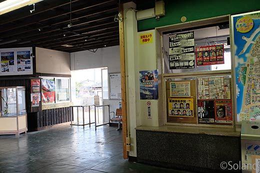 仙崎支線・仙崎駅、待合室内部と手小荷物窓口跡