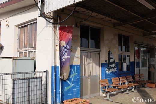 仙崎駅駅舎、手小荷物窓口取り扱い室をホーム側から見る