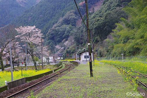 肥薩線、球磨川沿いの急峻な地にある瀬戸石駅