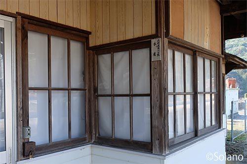 JR美祢線・渋木駅の木造駅舎、窓枠は古い木のまま!