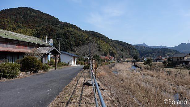美祢線・渋木駅の木造駅舎と目の前の音信川