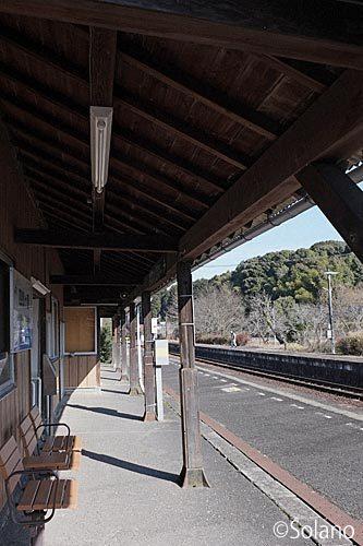 美祢線・四郎ヶ原駅の木造駅舎、ホーム側の木の上屋