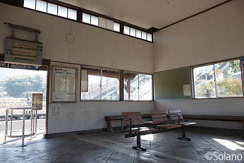 JR西日本・美祢線・四郎ヶ原駅の木造駅舎、待合室内部