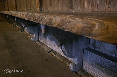 肥薩線・白石駅、待合室の古い造り付けベンチ