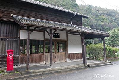 肥薩線・白石駅、木造駅舎と丸ポスト