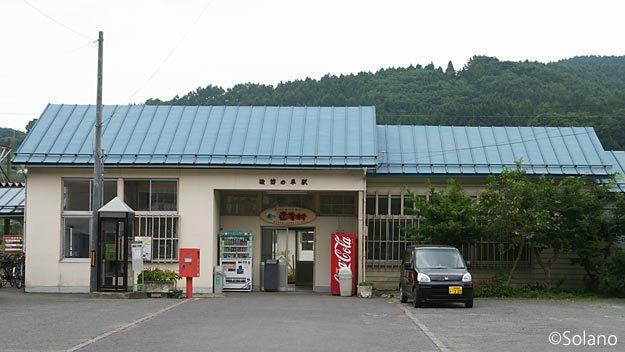 青い森鉄道・諏訪ノ平駅、大きめな木造モルタル駅舎。