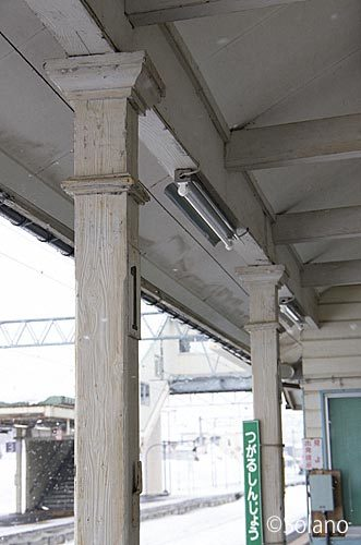 津軽新城駅の木造駅舎、ホーム側の軒を支える年季入った木の柱