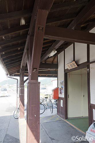 津山線・玉柏駅の木造駅舎、年月感じる軒と柱