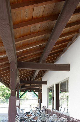 津山線・玉柏駅の木造駅舎、改修部分の木の質感は新しい