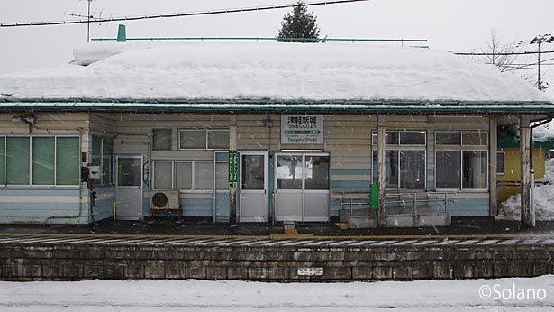 JR東日本・奥羽本線、津軽新城駅。改修された木造駅舎
