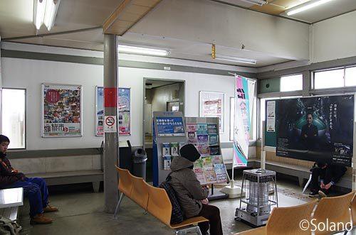 JR東日本・津軽新城駅の木造駅舎、待合室の大黒柱