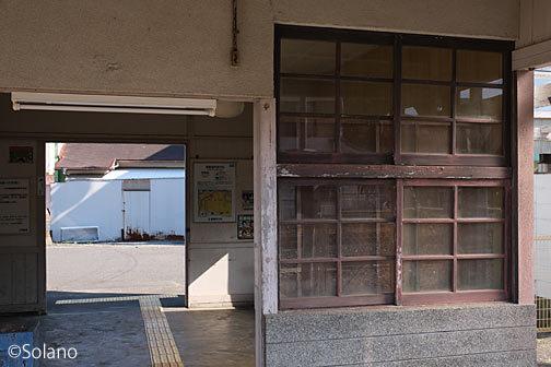 紀勢本線・鵜殿駅の木造駅舎、木枠の窓や腰壁