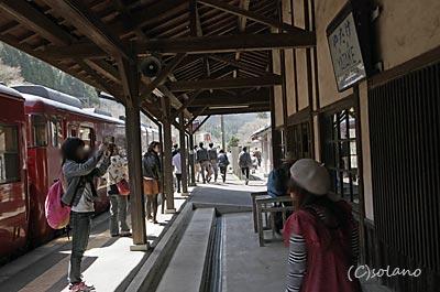 矢岳駅、肥薩線の観光列車・いさぶろうしんぺい号が停車