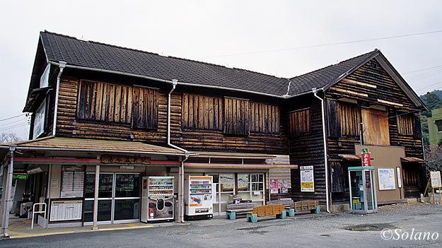 2003年3月当時の飯田線・湯谷温泉駅の木造駅舎