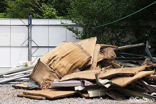 取り壊し中の湯谷温泉駅、廃材と化した古い畳