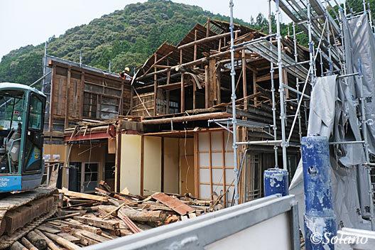 飯田線、取り壊し中の湯谷温泉駅駅舎、1階と2階部分