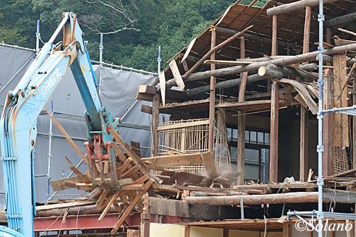 湯谷温泉駅、まさに目の前で叩き壊されていく木造駅舎