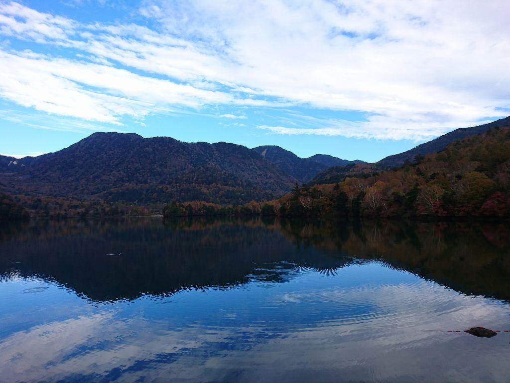 湖面に映える紅葉スポット☆奥日光の美しい湖「湯ノ湖(栃木県日光市)」