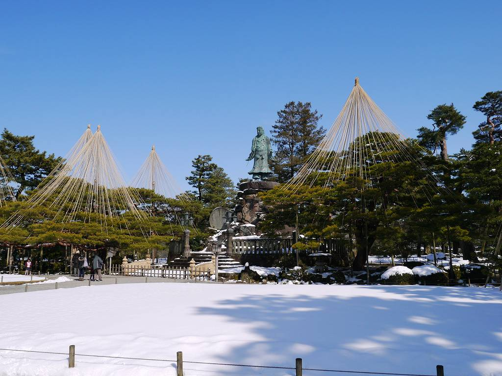 「兼六園&金沢城(石川県金沢市)」真っ青な空と雪のコントラストが美しい!
