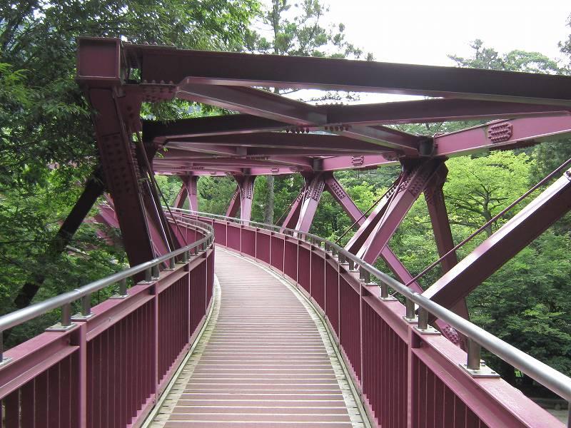 「あやとり橋(石川県加賀市)」山中温泉の鶴仙渓に架かるユーモラスな赤い橋