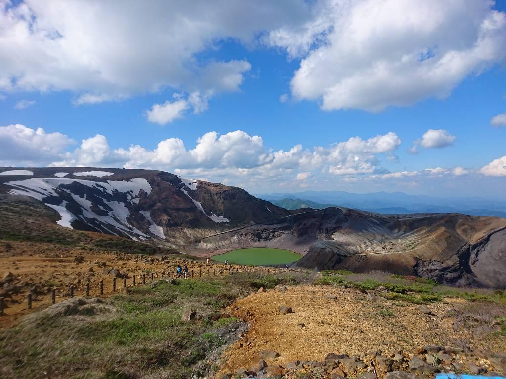 「御釜(宮城県蔵王町)」青空と雪が残る山肌!エメラルドグリーンに煌めく湖はまさに絶景!!