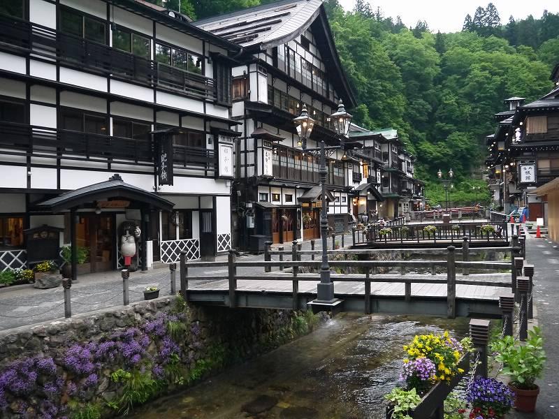 「銀山温泉(山形県尾花沢市)」大正浪漫に魅了されるまちなみ!銀山川沿いに並ぶ木造建築