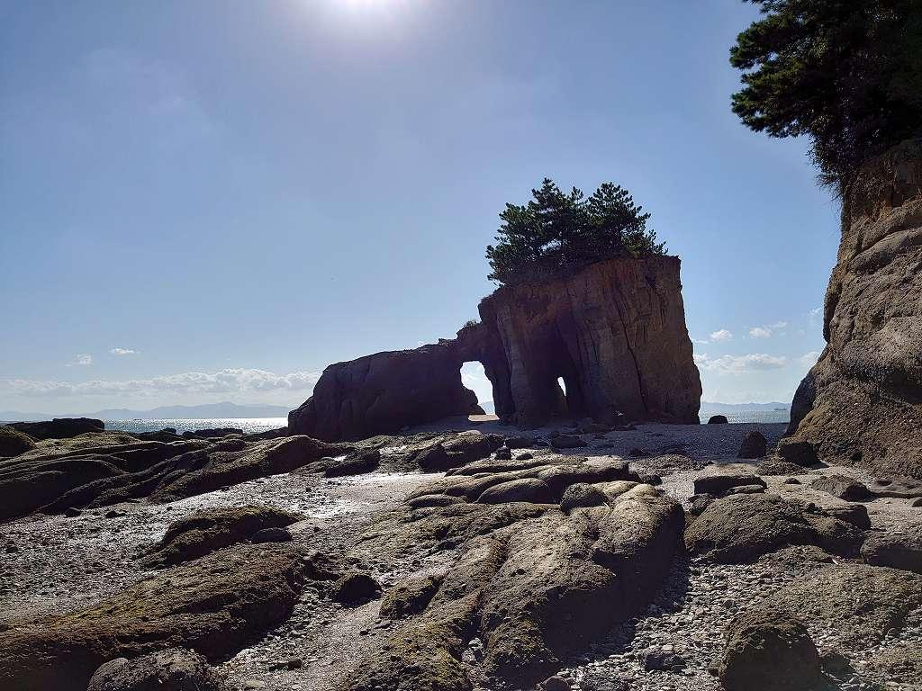 「本山岬公園 くぐり岩(山口県山陽小野田市)」干潮時だけ近づくことができる自然の造形美!
