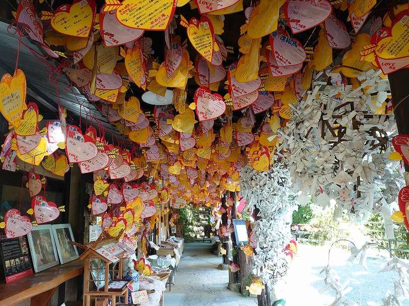 「夫婦滝(熊本県南小国町)」軒を埋め尽くすハートの絵馬と滝の縁結びスポット