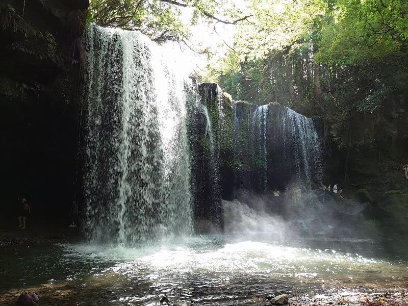 「鍋ケ滝(熊本県小国町)」木漏れ日が注ぐ裏見の滝
